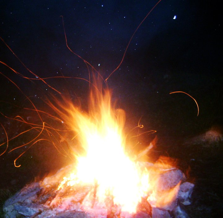 Fire in night dans landscape fire
